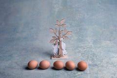 Houten Pasen-konijntjes en kippeneieren Stock Afbeeldingen