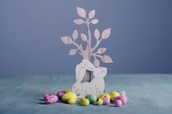 Houten Pasen-konijntjes en kippeneieren Stock Fotografie