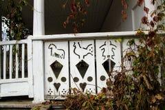 Houten patronen op de portiek van het huis van het landgoed van Tellingsleo tolstoy ` s in Yasnaya Polyana Stock Fotografie