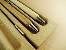 Houten pennen op houten achtergrond Stock Foto
