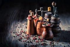 Houten pepermolennen met verschillende types van peper stock afbeeldingen