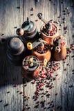 Houten pepermolennen met zwarte en Spaanse peper royalty-vrije stock afbeelding