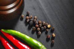 Houten peppermill met peper Stock Fotografie
