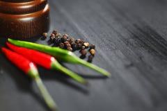 Houten peppermill met peper Stock Foto's