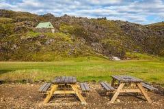 Houten picknicklijsten in Landmannalaugar royalty-vrije stock afbeelding