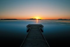 Houten pier bij zonsondergang in salterns van Marsala Royalty-vrije Stock Afbeeldingen