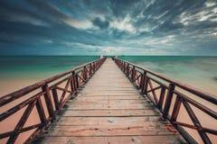Houten pier die in het turkooise Caraïbische overzees bereiken royalty-vrije stock foto