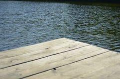 Houten pier op een mooi meer stock foto's