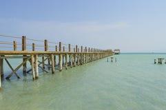 Houten pier op een tropisch eilandstrand Stock Afbeelding