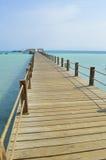 Houten pier op een tropisch eilandstrand Royalty-vrije Stock Foto