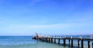 Houten pier op het overzees Stock Foto's