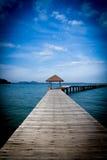 Houten pier op over het mooie strand met blauw Stock Fotografie