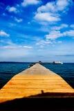 Houten pier op over het mooie strand met blauw Royalty-vrije Stock Foto