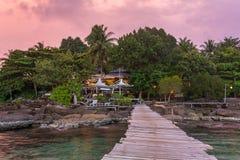 Houten pijler aan een tropische eilandtoevlucht op Koh Kood-eiland tijdens zonsondergang royalty-vrije stock foto