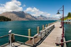 Houten pijler bij Wakatipu meer, Nieuw Zeeland stock afbeeldingen