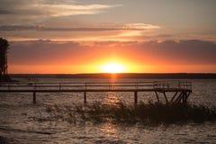 Houten pijler bij zonsondergang Royalty-vrije Stock Foto's