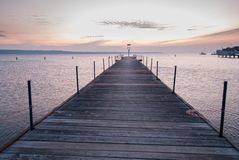 Houten pijler die in het overzees binnengaan Royalty-vrije Stock Foto's