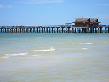 Houten pijler door strand in Napels Florida Stock Afbeeldingen