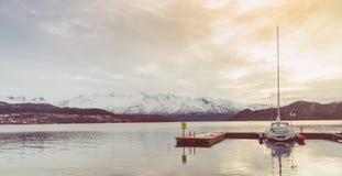 Houten pijler en vastgelegd jacht Sereniteit en kalm landschap royalty-vrije stock foto