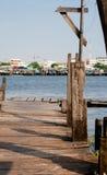Houten pijler langs Chao Phraya River Stock Afbeelding