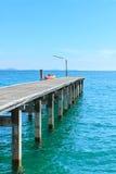 Houten Pijler met Blauwe overzees en hemel stock foto's