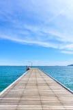 Houten Pijler met Blauwe overzees en hemel stock fotografie