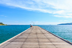 Houten Pijler met Blauwe overzees en hemel stock foto