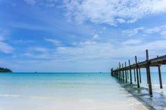 Houten pijler met blauwe overzeese en hemelachtergrond Royalty-vrije Stock Foto