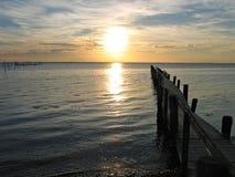 Houten pijler met een dramatische zonsondergang royalty-vrije stock foto's
