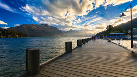 Houten pijler met mooi meer Wakatipu Stock Foto's