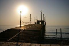 Houten pijler, ochtendzon & overzees Stock Fotografie
