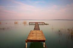 Houten pijler op het meer Stock Afbeeldingen