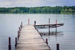 Houten pijler op het meer Stock Foto
