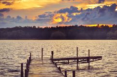 Houten pijler op het meer Stock Foto's