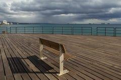 Houten pijler op het strand Stock Afbeeldingen