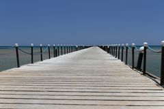Houten pijler op kust van Koraalstrand van Rode Overzees in Hurghada royalty-vrije stock afbeelding