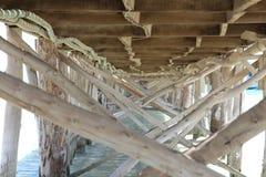 Houten pijler op kust van Paradise-eiland van Rode Overzees stock fotografie