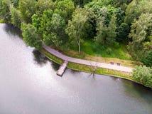 Houten pijler op meer, kleine golven op waterspiegel Lucht Foto royalty-vrije stock foto's