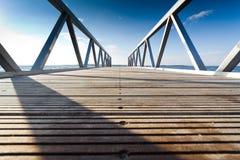 Houten pijler of pier met metaalkanten Stock Fotografie