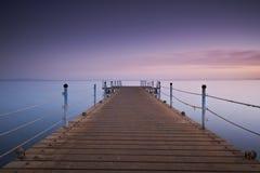 Houten pijler of pier op overzeese zonsondergang en het water van de hemelbezinning Lange blootstelling, Dahab, Egypte royalty-vrije stock foto