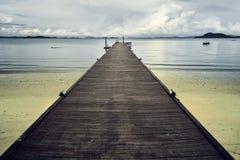 Houten pijler in Thais strand stock afbeeldingen