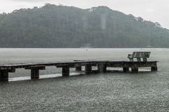 Houten pijler tijdens een regen in Portobelo-dorp, Pana royalty-vrije stock foto