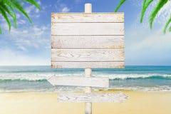 Houten pijltekens op strandachtergrond Royalty-vrije Stock Foto's