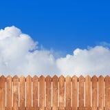 Houten piketomheining met blauwe hemel Royalty-vrije Stock Afbeeldingen