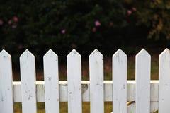 Houten piketomheining in wit Stock Foto's
