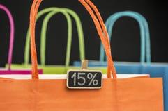 Houten pinmarkering op het winkelen zakken Stock Foto