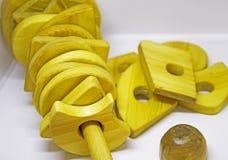 Houten piramidestuk speelgoed Stock Afbeeldingen