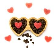 Houten plaat met hartsuikergoed voor St Valentine ` s Dag en koffiebonen, hoogste mening Stock Foto's