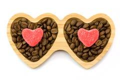 Houten plaat met hartsuikergoed voor St Valentine ` s Dag en koffiebonen, hoogste mening Stock Afbeelding