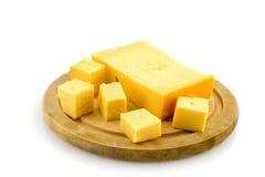 Houten plaat met kaas Stock Afbeelding